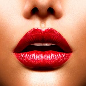 Labios resaltados con labial rojo